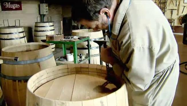 Artesano fabricando una barrica