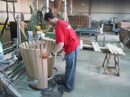 Artesano fabricando barrica. El arte de la tonelería